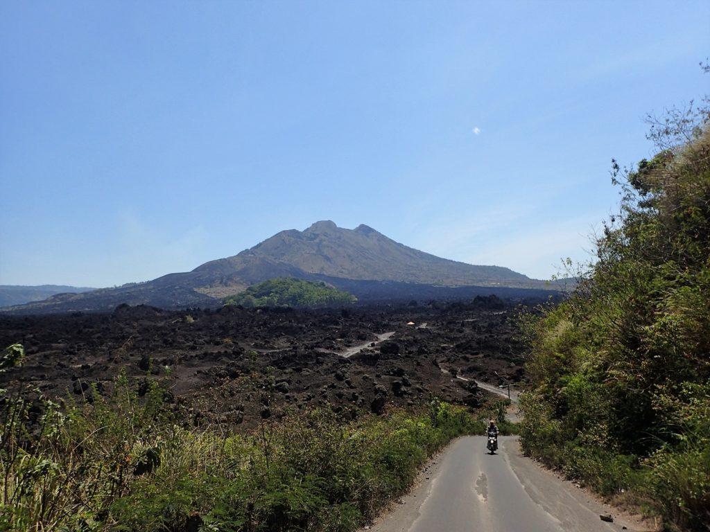 バトゥール山の火口